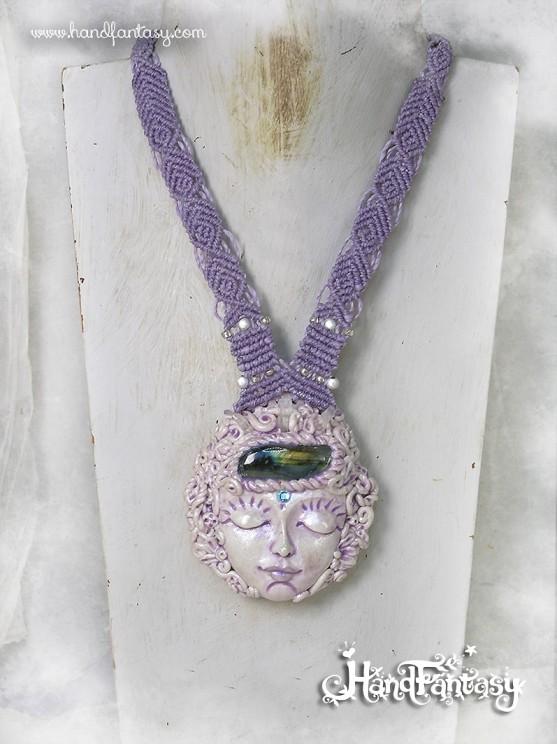 Colgante Lunar, Colgante Luna Mística con Labradorita y pequeños Cuarzos, Diosa lunar