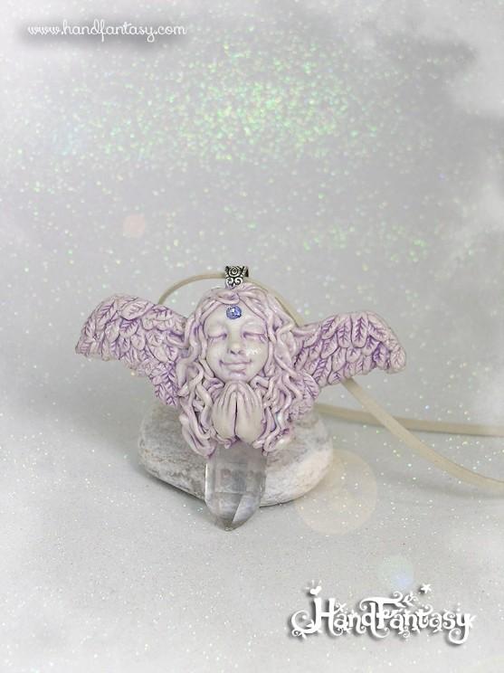 Mediano: Colgante Ángel con punta de cristal de Cuarzo. Angelito con cristales, Colgante ángel de la guarda, collar de ángel, ángel con cuarzo