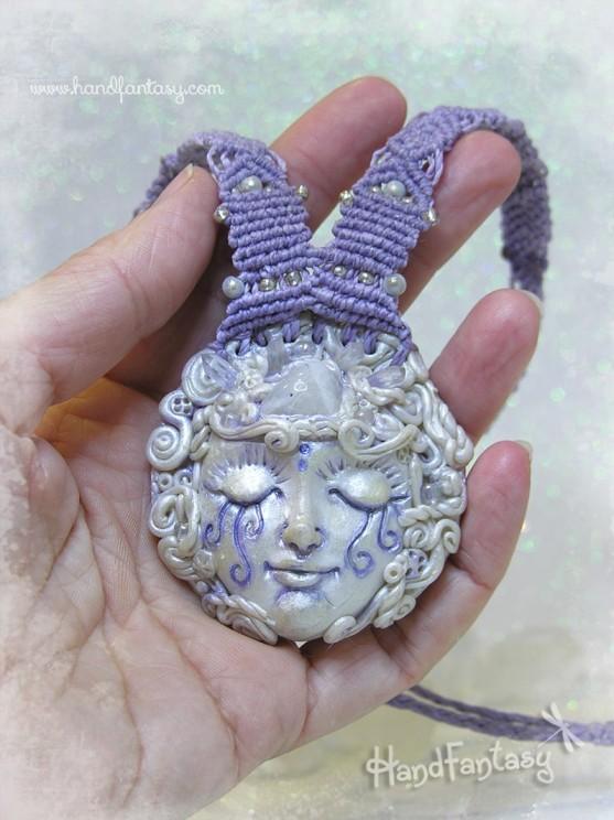 Colgante Lunar, Colgante Luna Mística con Piedra Luna y pequeños Cuarzos, Diosa lunar