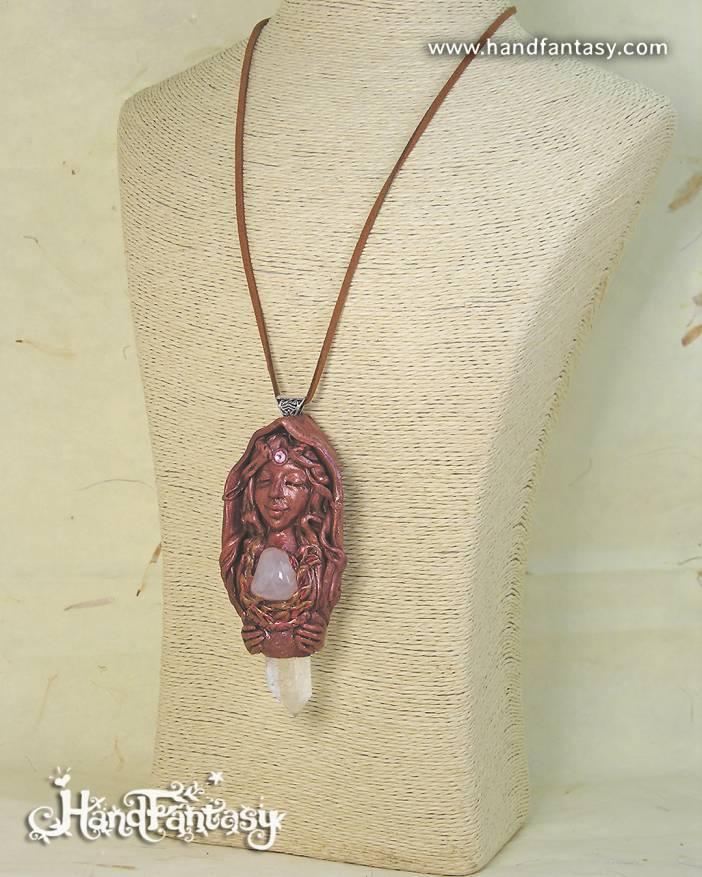 Colgante Diosa Vesta con cristales, Colgante Cuarzo rosa y punta de Cuarzo