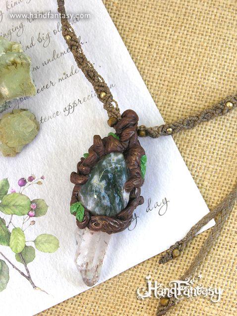 Colgante con punta de Cristal de Cuarzo en bruto y Ágata musgosa con cordón en macramé. Espíritu del Bosque