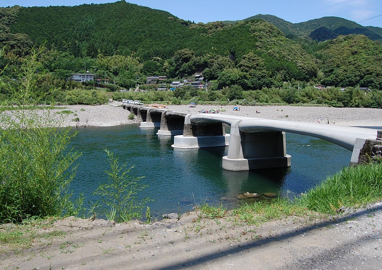 四万十川の沈下橋(屋内大橋)