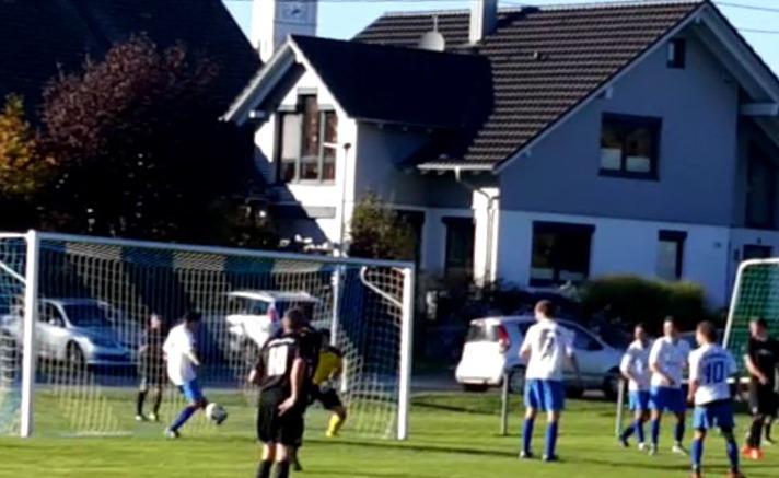 Simon Harder steht bei einer TSV-Ecke am zweiten Pfosten und verhindert so kurz vor Ende der Partie den Ausgleich