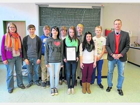 Die beiden erfolgreichen Gruppen mit Lehrerin Christina Schönewolf und Schulleiter Torge Sprado. Quelle: Sulinger Kreiszeitung