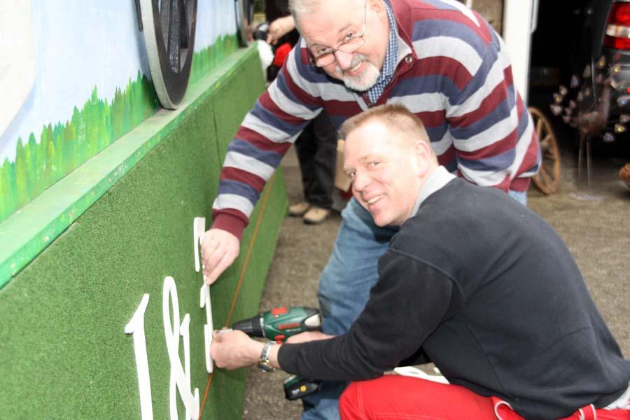 Alles unter Kontrolle beim Wagenbau, hier mit seinem Vereinskollegen Ralf Edelmann (vorne)