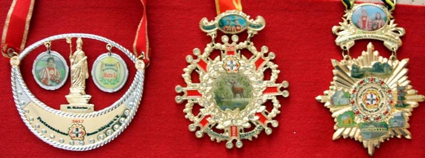 Die Orden des Festausschusses zeigen stets das Prinzenpaar und sind mit heimatlichen Motiven geschmückt. Von li. nach re. die Orden aus den Jahren 2017; 2016; 2015