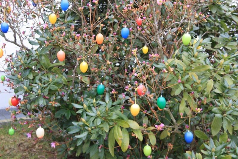 Die Osterdekoration hilft dort nach, wo die Natur noch nicht soweit ist. Auch die farbenfrohen Eier versprühen gute Laune.