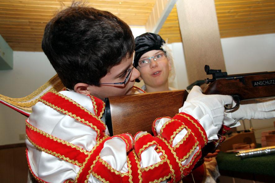 Konzentriert visiert Meisterschütze Prinz Benedikt II das Ziel an