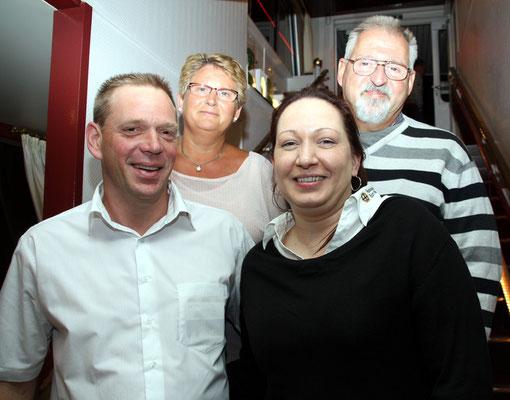 Dieter Schirra (hinten re.)  im Kreise der Festausschuss-Vorstandes mit Tanja Koep (vorne re.), Frank Edelmann (vorne li.) und Marliese Schirra (hinten li.)
