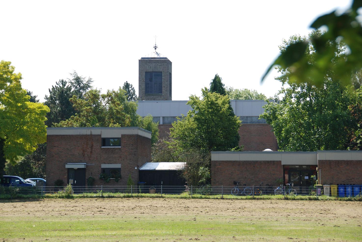 Kath. Kindergarten, im Hintergrund die kath. Kirche