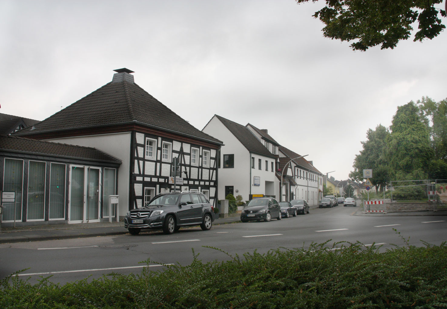 Blick in die Dorfstr. mit ihren Fachwerkhäusern
