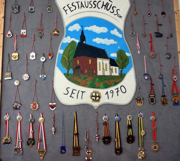 """Eine """"Pinwand"""" voller Auszeichnungen im Vereinraum des Röttgener Festausschusses."""