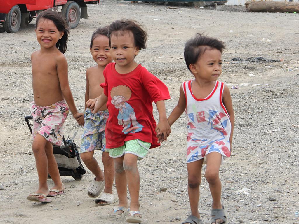 Die Folgen des Klimawandels machen sich hier zuerst bemerkbar. Schwere Stürme und Überschwemmungen behmen stetig zu. Kinder im Sturm.