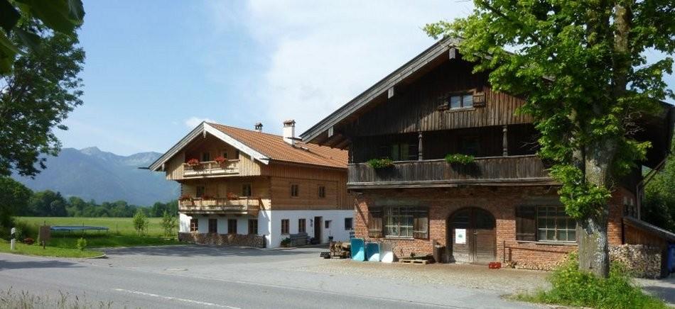Die Betriebsgebäude mit der alten Wagnerei rechts und dem Neubau samt Privathaus links