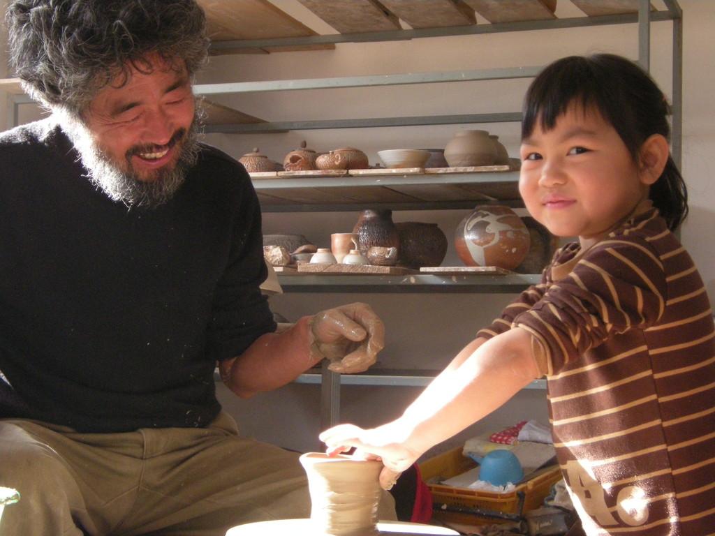 Yang Seung Ho et une enfant, ravis tous les deux