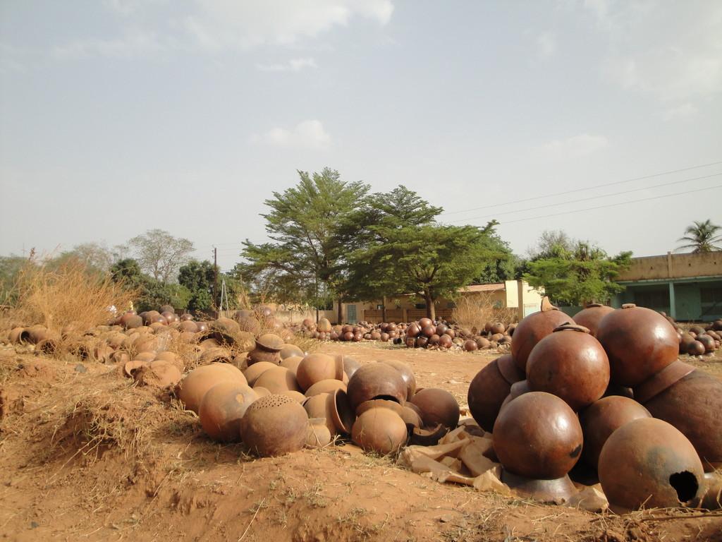 Champ de pots pour le marché à Banfora