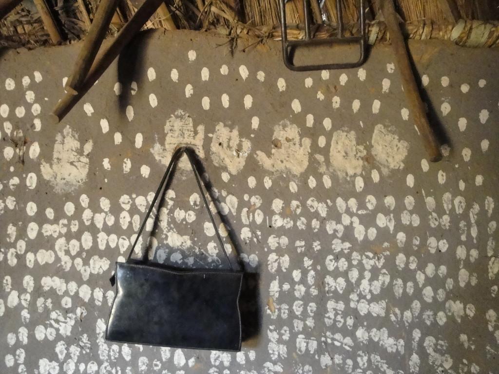 Intérieur d'une case au village de Siniana