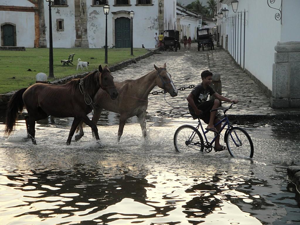 A Paraty, le soir avec la marée montante dans les rues