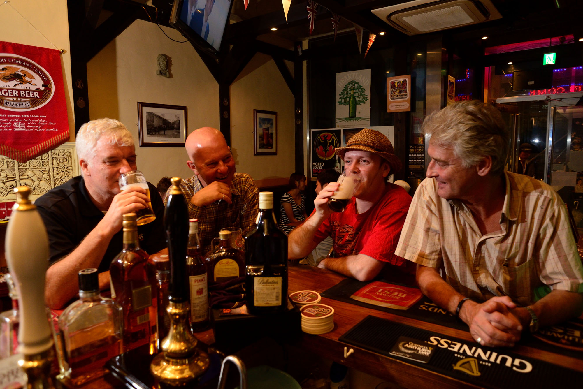 パブでエールやサイダーを楽しむイギリスやオーストラリア、フランスの仲間。語らいを楽しみに集うの泥酔する人はあまりいない。