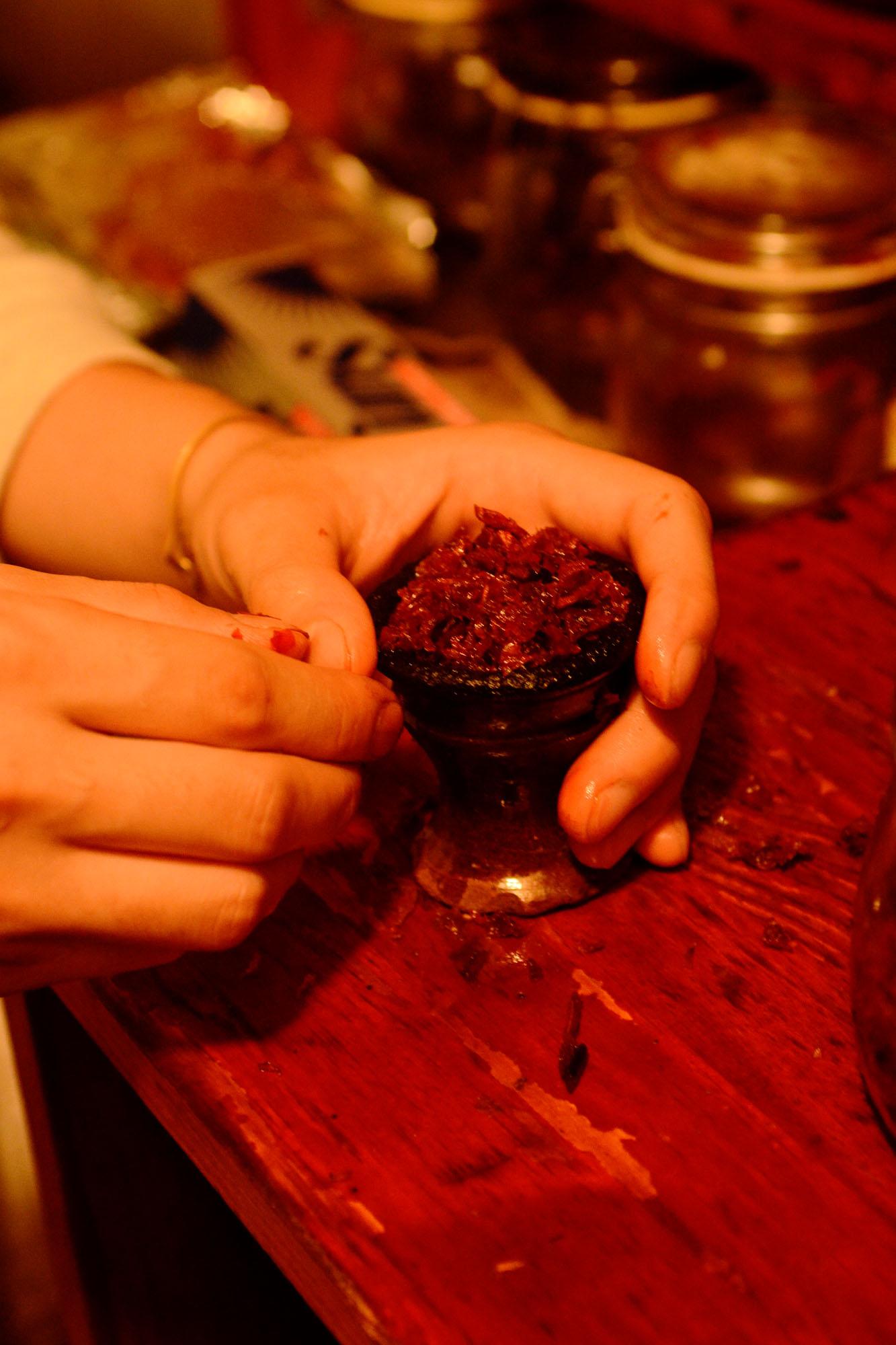 水たばこカフェ「シーシャ」に集うアブ・バクルさんとカフェで知り合った仲間。ハガル(パイプ上部のたばこを入れる部分)にスイカやリンゴなどの風味を加えた水タバコを盛って吸う
