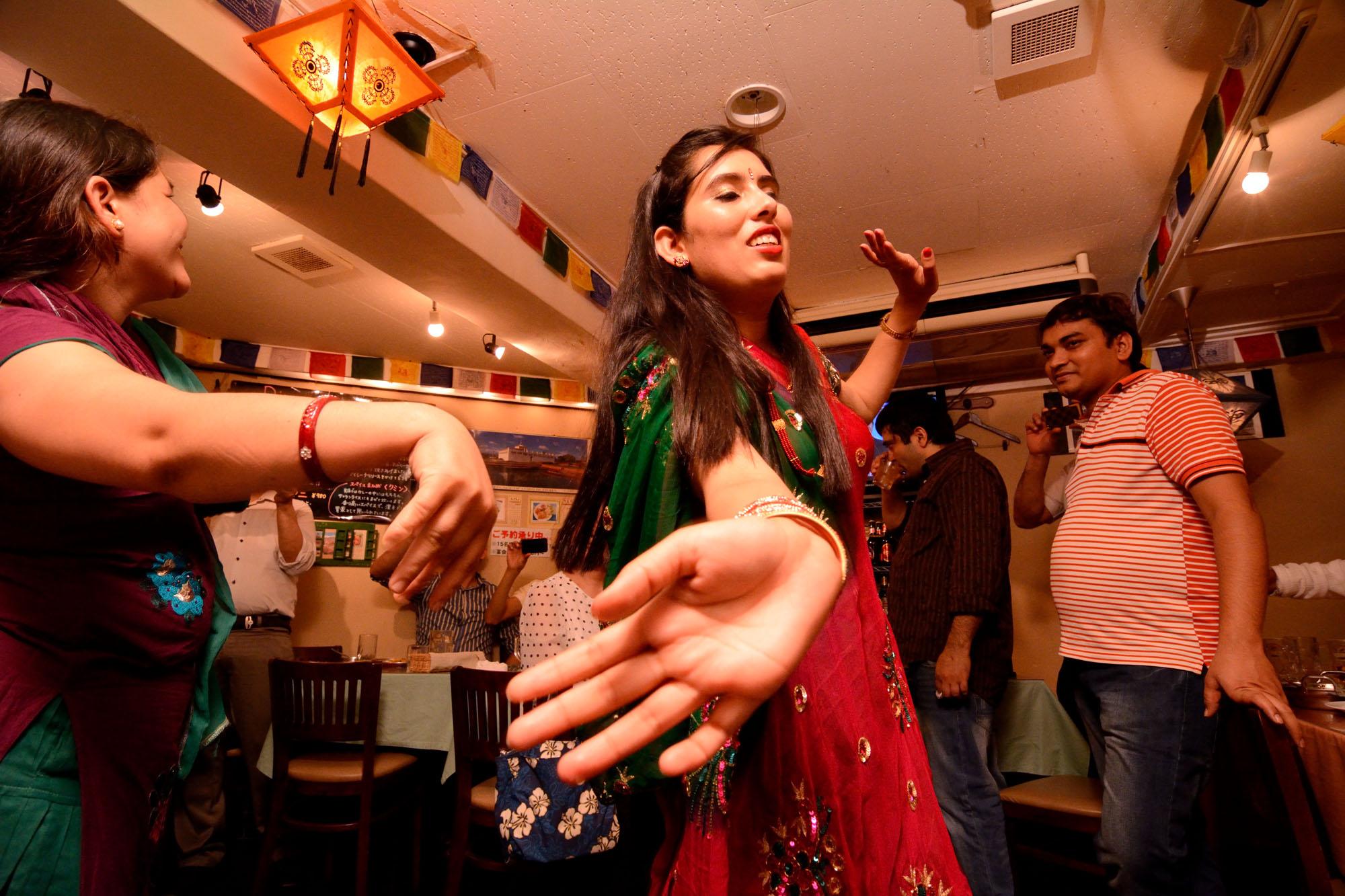 「ティージ」(夫の健康と長寿や良縁を願うネパール女性の祝祭)で踊るサンダギさん。女性は断食するので前夜祭では皆でご馳走を食べ、歌い、踊る。東京・人形町の「ヒマラヤンビレッジ」で