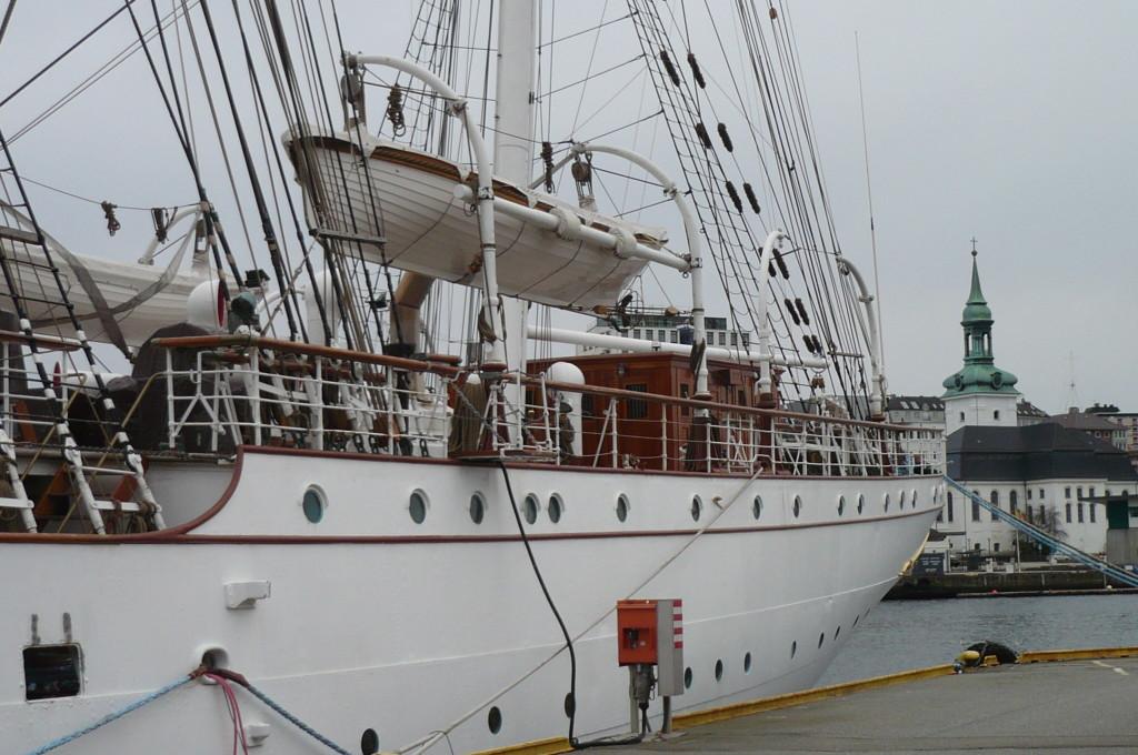 Wie hieß dieses Schiff noch gleich? Jedenfalls liegt es in Bergen.