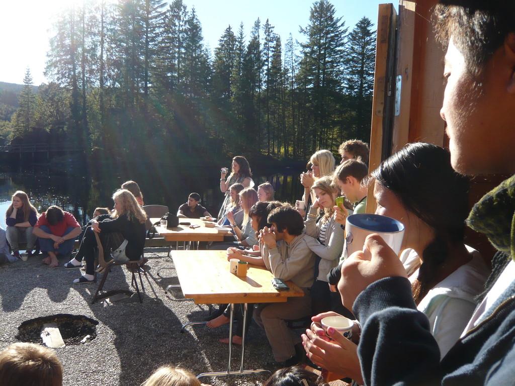 Tee und Kuchen. Sonnenschein und Fjord.