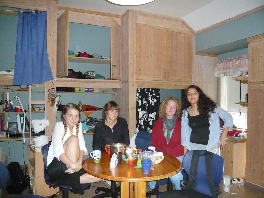 Meine neuen Roommates (von links): Halla (Faröer Inseln), Fannie (Kanada), Vilde (Secondyear, Norwegen), Irina (Secondyear, Nepal)