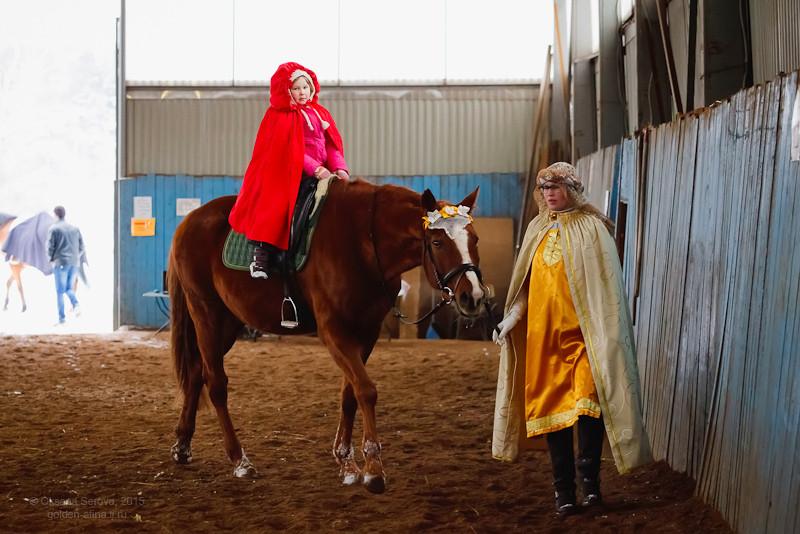 Надежда и Елизавета Кутузовы с конем Нарядом в роли матери и дитя
