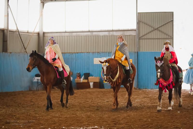 Алена Коновалова на кобыле Венере, Екатерина Сибарнова на коне Эпатаже, Надежда Кутузова на коне Наряде в ролях Волхвов