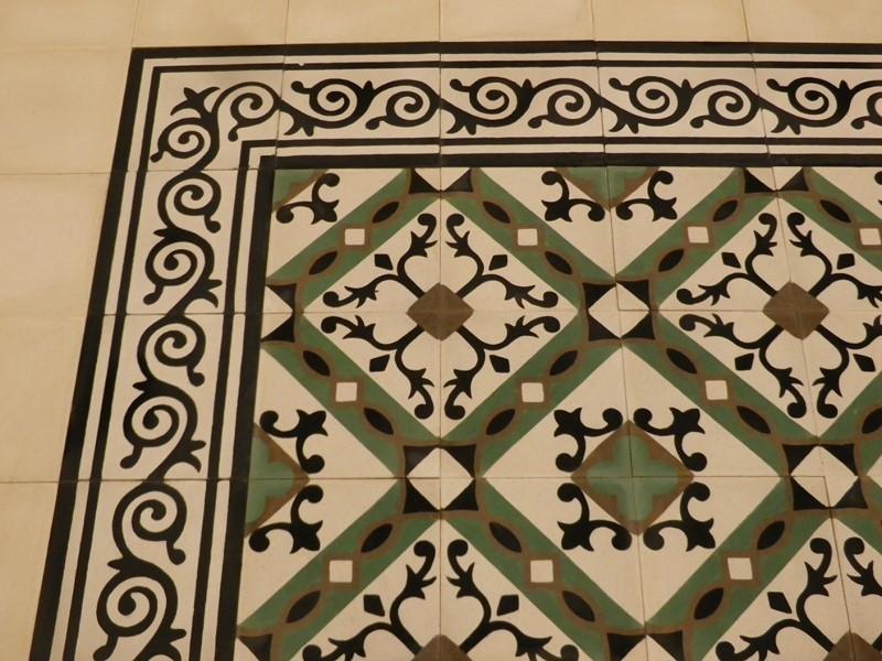 carreau ciment avec frise - motif accolade