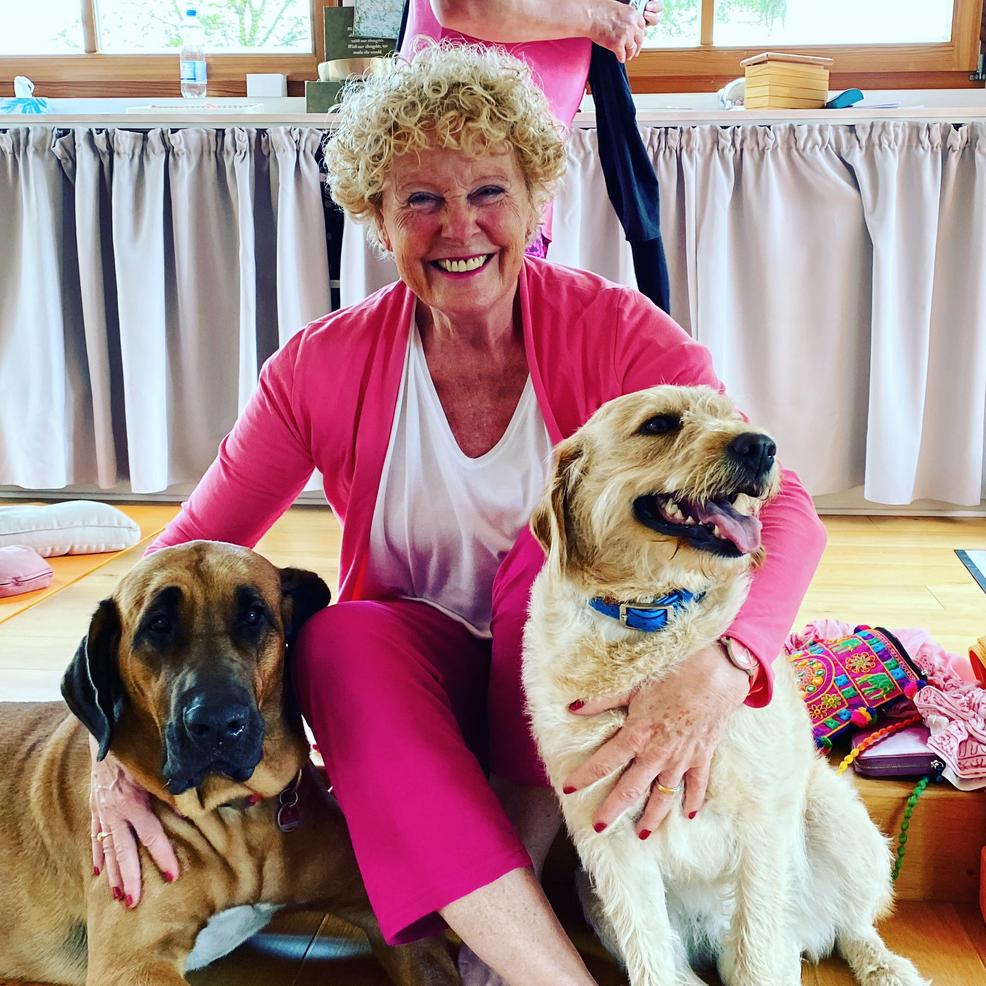Anna Trökes, eine institution im deutschen  Yoga mit dem großen Herz für Tiere, Indien und alle Wesen.