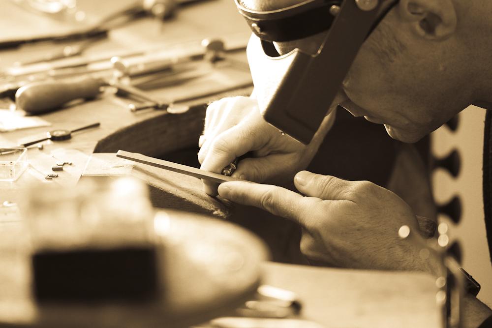 Viele Arbeiten können nur mit Hilfe von Vergrösserungsgläser ausgeführt werden.