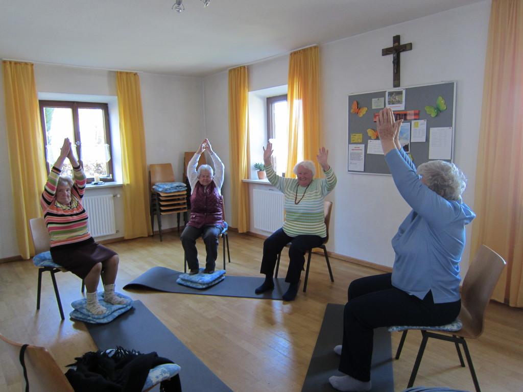 Yoga Seniorengruppe im Pfarrhof Aufham