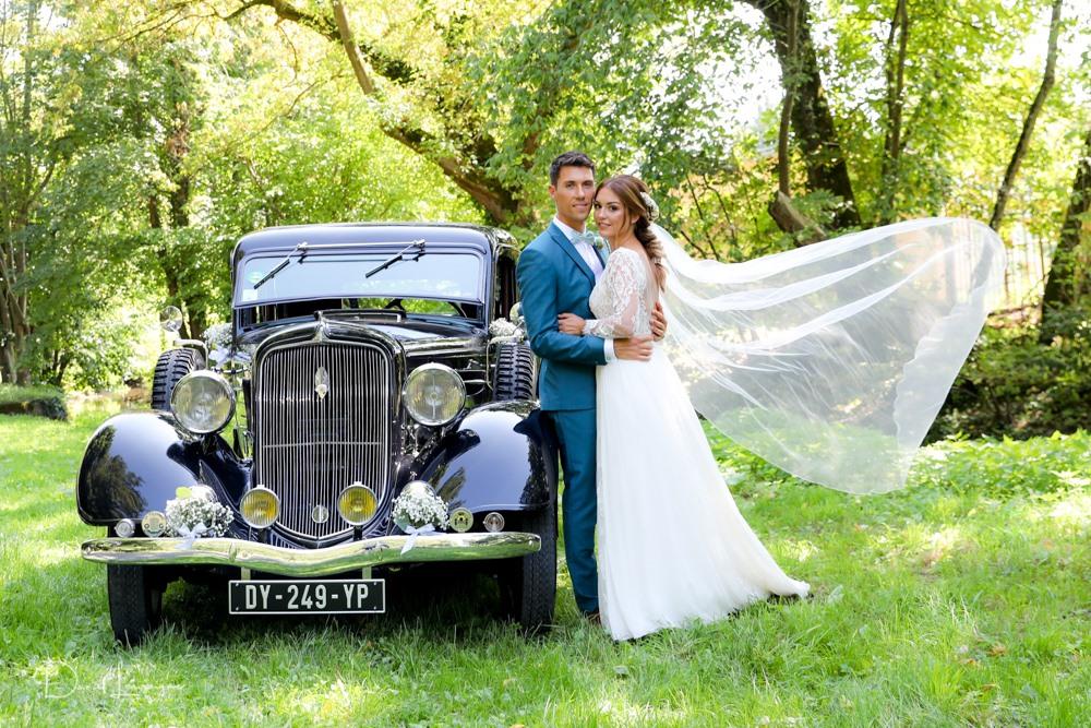 séance couple de mariés ; voiture de collection aux abords de l'abbaye de Royaumont dans le val d'oise