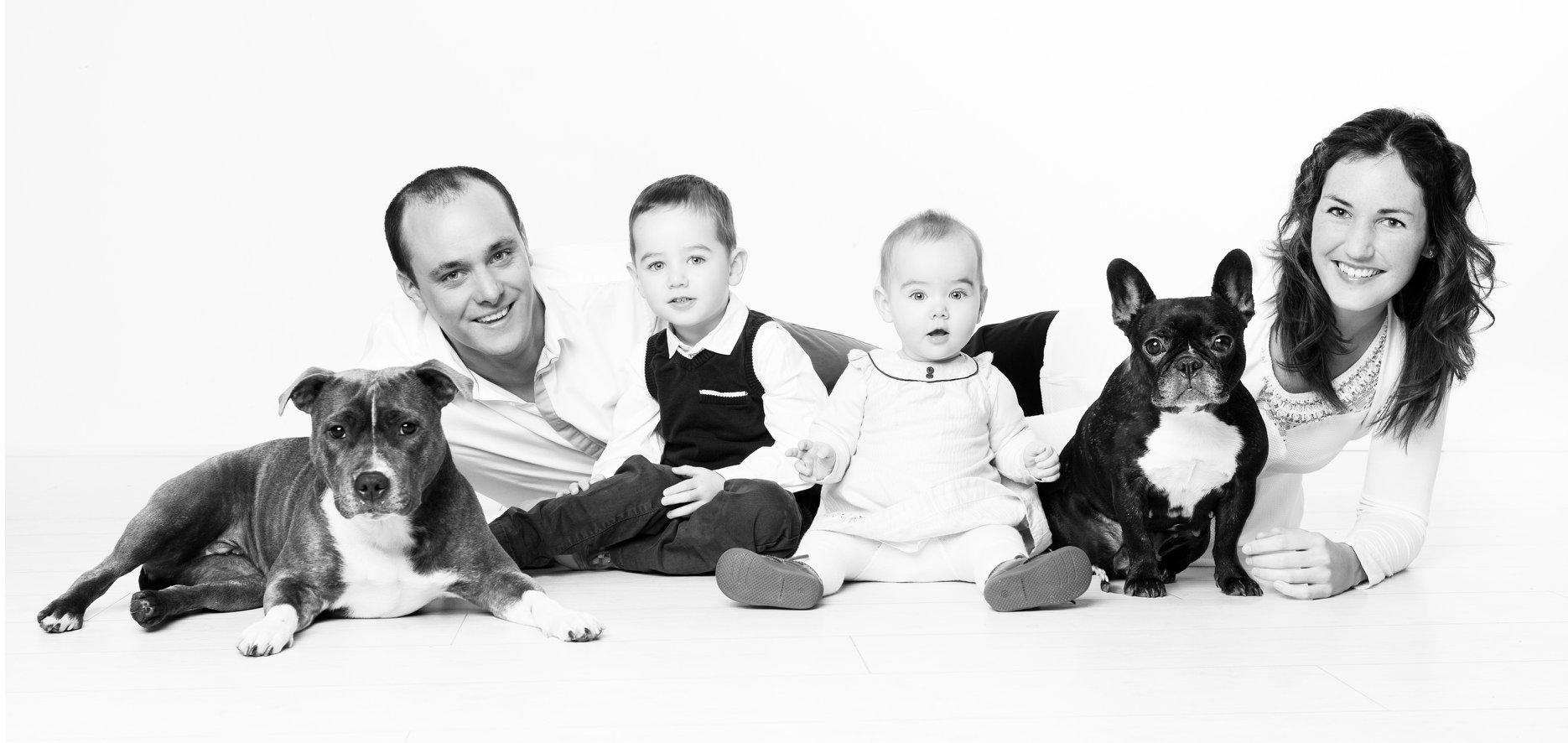 séance photo de famille; parents enfants et animaux de compagnie en studio dans l'oise