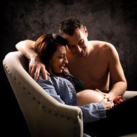 Shooting photo de grossesse originale dans l'oise aux portes du val d'oise, photo artistique, couple assis sur une méridienne