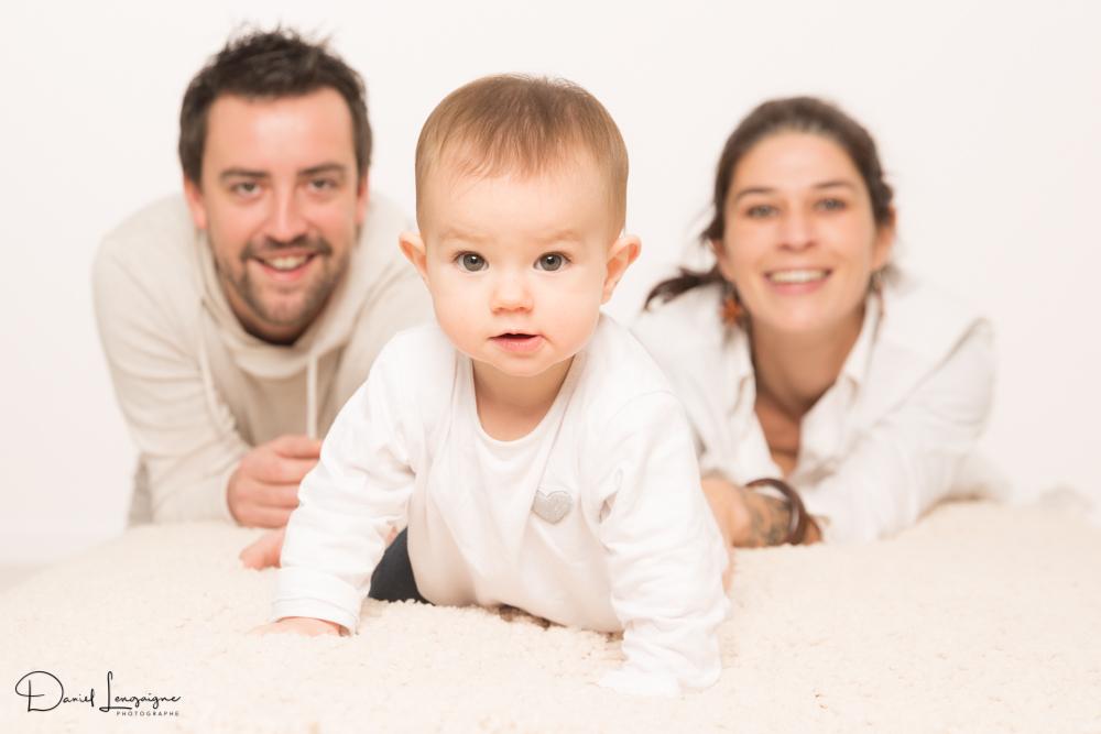 shooting famille avec Louise 8 mois, déterminée - studio photo Danimages dans l'oise