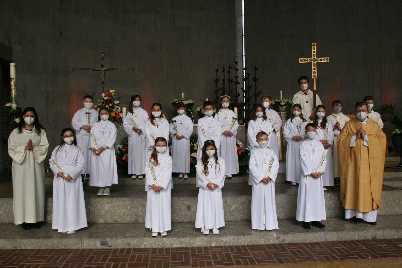 Gruppenfoto der Erstkommunionkinder aus der 4. Klasse