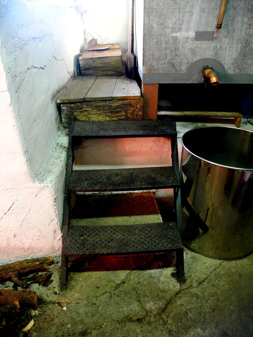 Die Treppe zum Wasserkessel, der beständig mit kühlem Wasser nachgefüllt werden muss.
