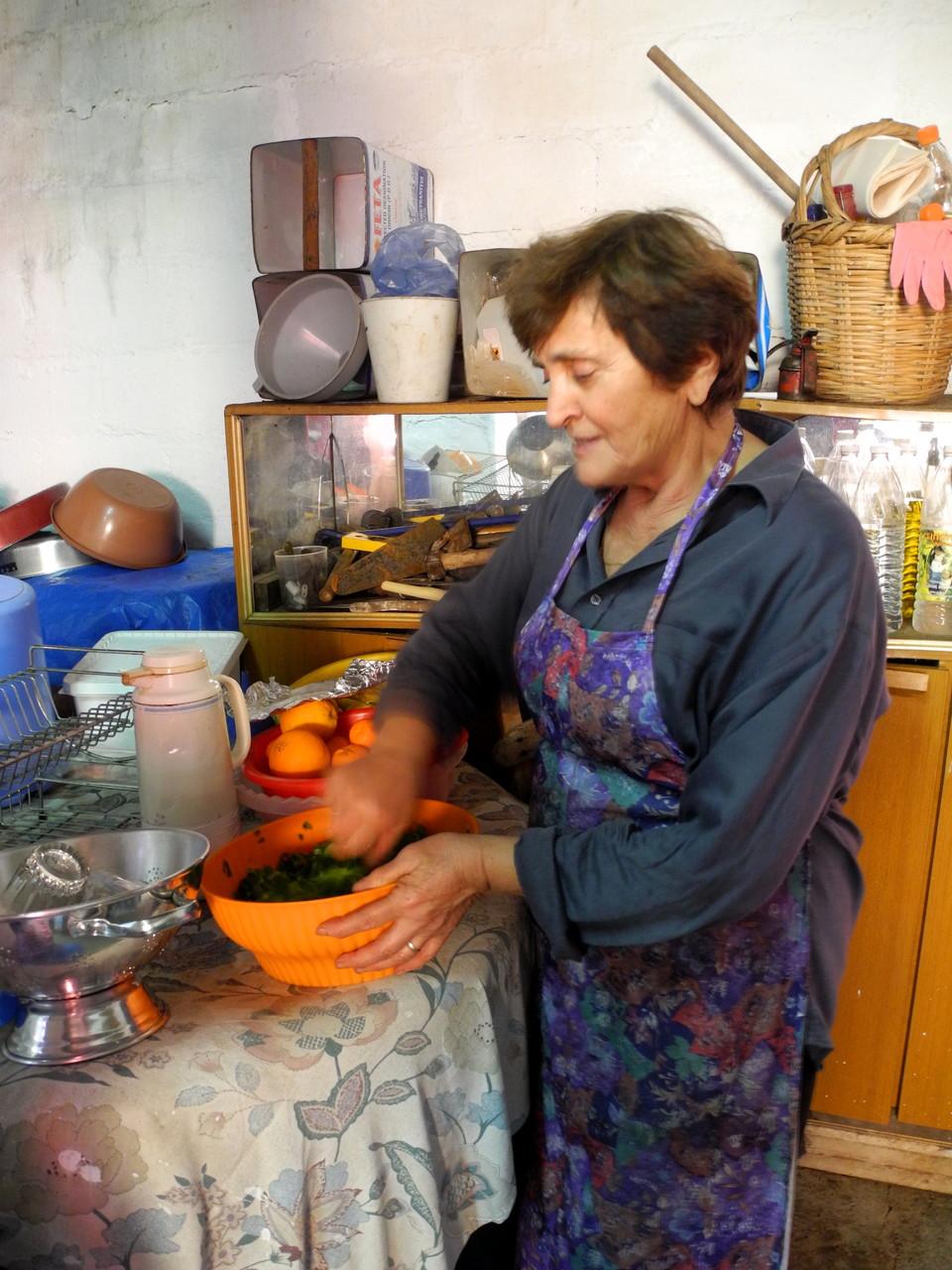Chrisoula bereitet den Salat vor, während Mann und Sohn noch feuern...