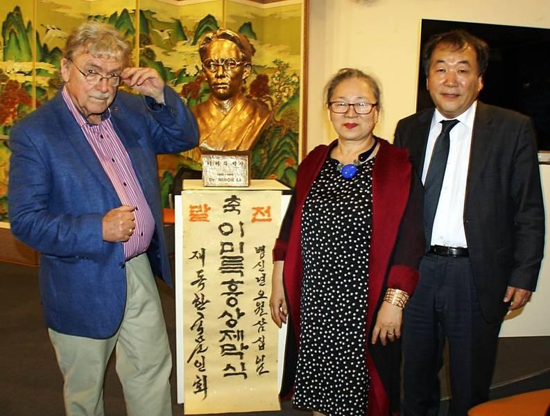 Matthias Koeppel, Sooki Koeppel, Kwon Sehoon (von links nach rechts) mit der Büste Mirok Li's