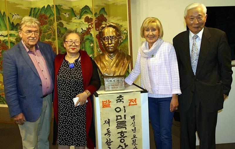 Matthias Koeppel, Sooki Koeppel, Sylvia Bräsel, Song Joonkun (von links nach rechts) mit der Büste Mirok Li's