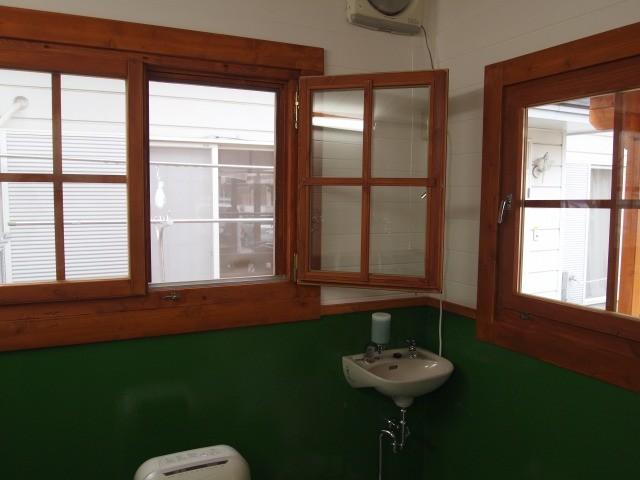 キムチをお渡しする窓のそばにも手洗い所を設けました。「いつも清潔に!」がモットーです。