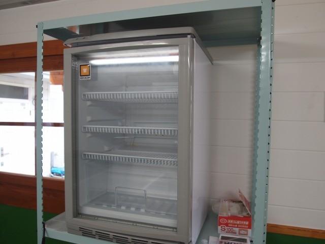 お客様をお待たせせずにすぐお渡しできるように、販売窓口そばにも冷蔵庫を設置しました。