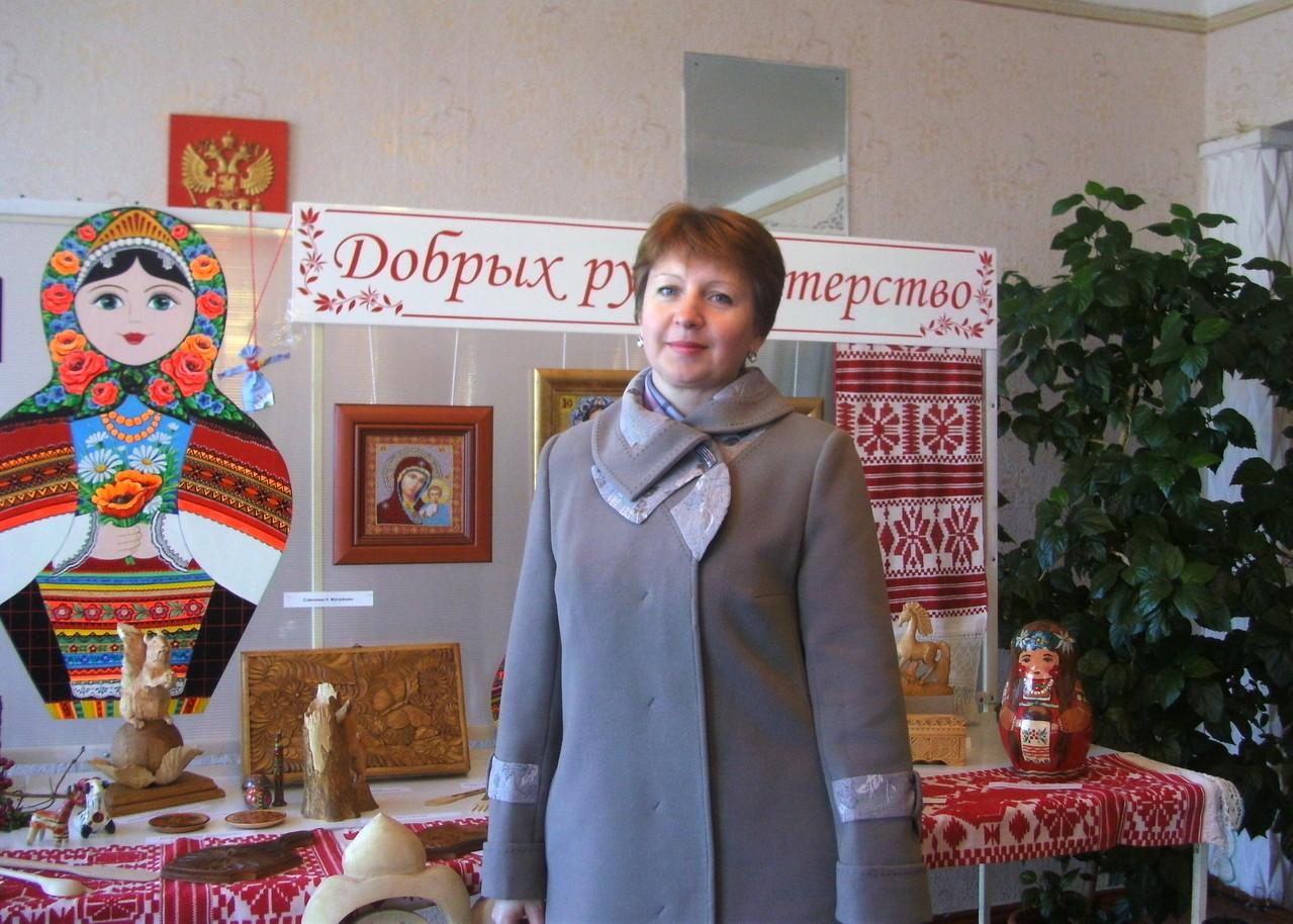 На выставке изделий павловских мастеров.