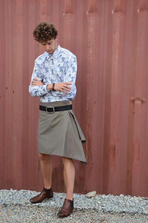 Peut on porter le kilt à toute occasion ? C'est ce que nous prouve Antoine, et les autres mannequins. Avec une chemise et un gilet pour un mariage ou une cérémonie, en t-shirt et basket pour la vie de tous les jours le kilt s'adapte à vos goûts messieurs.
