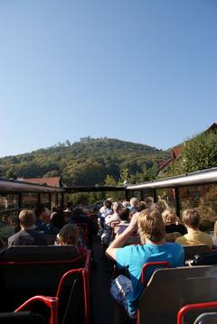 Der Cabriobus gewährt einen prächtigen Panoramablick - hier aufs Hambacher Schloss.