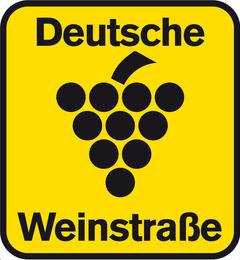 Das Logo der Deutschen Weinstraße in der Straßenbeschilderung - nun zeigt die Region auch in Sachen Nachhaltigkeit Flagge.
