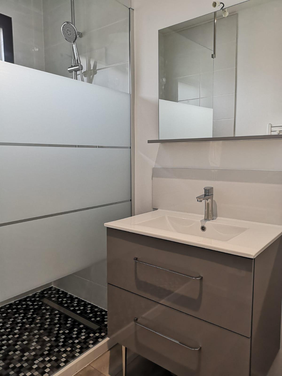 Pose du meuble de salle de bain